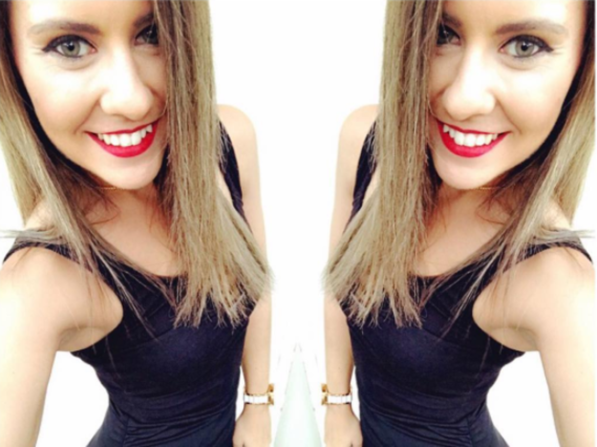 Blogerka fitness w długich blond włosach, czarnej sukience i czerwonej szmince