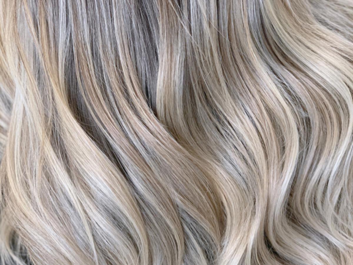blond włosy po użyciu spreyu rozjaśniającego