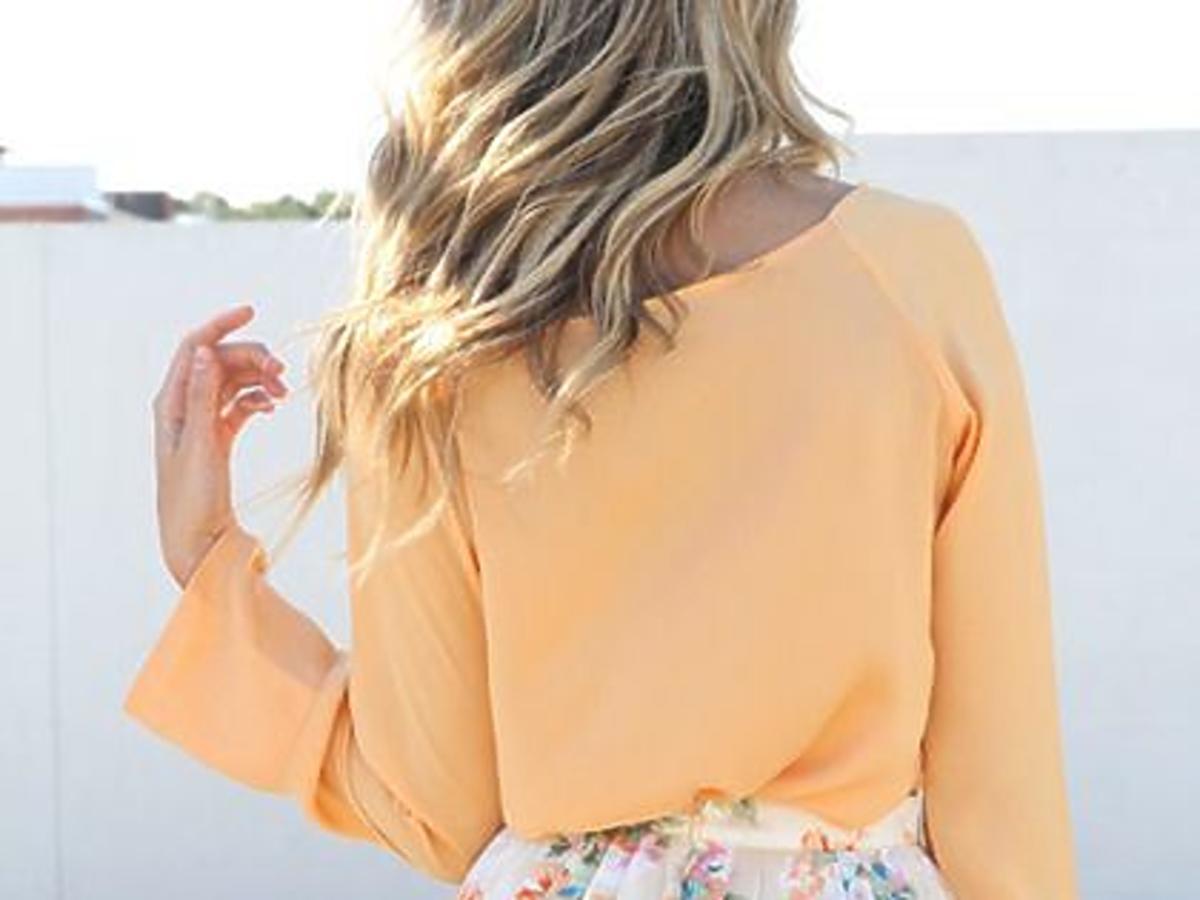 Blondynka w pomarańczowej bluzce