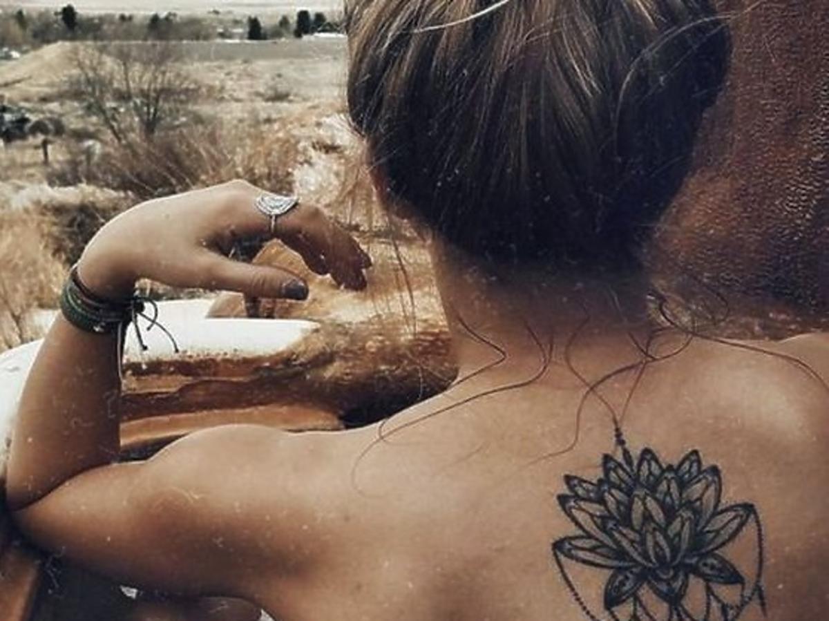 blondynka z tatuażem na plecach