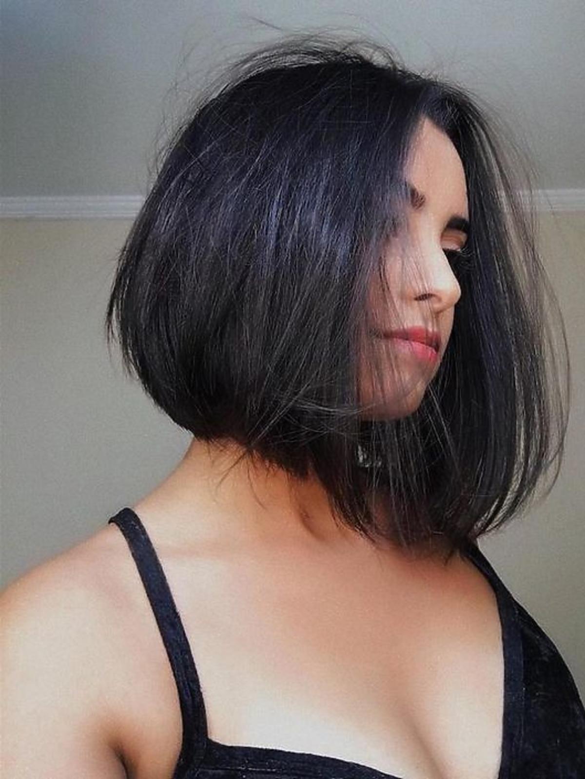 Asymetryczny blunt bob - modne fryzury jesień zima 2020