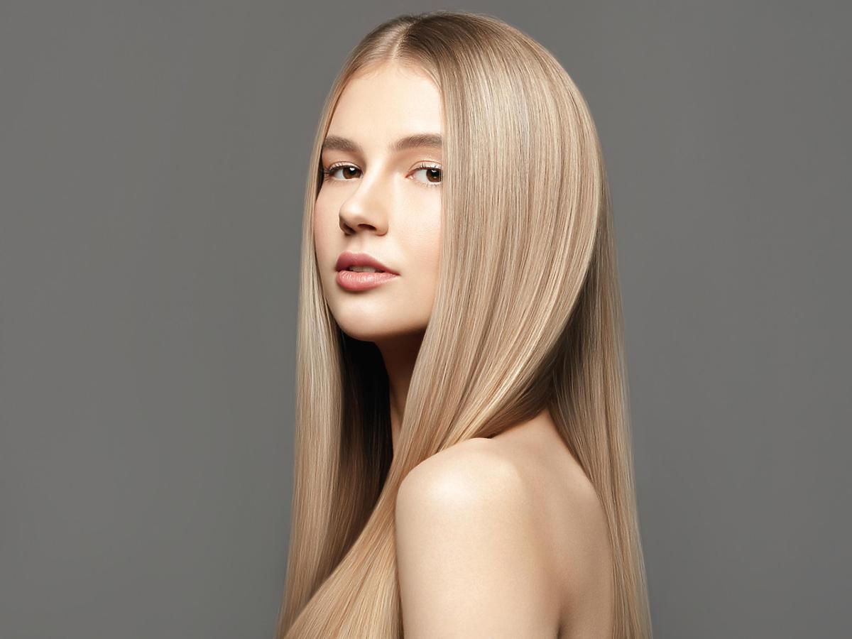 chłodne blond włosy