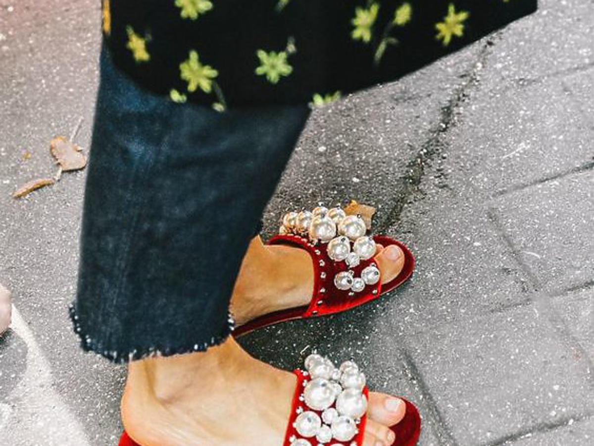 czarne klapki miumiu z perłami buty na lato
