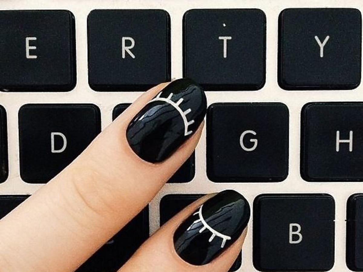 czarny manicure na tle klawiatury komputera
