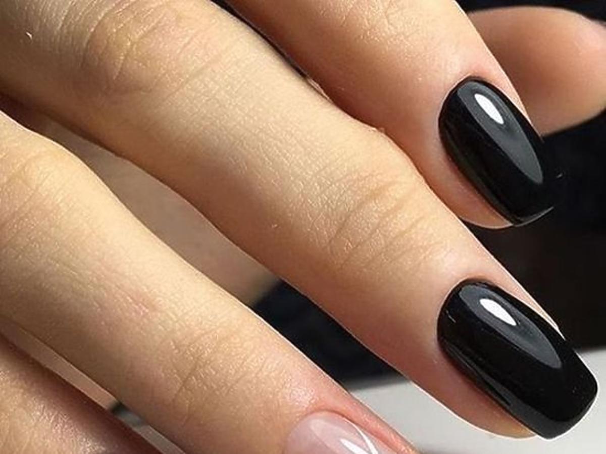 czarny manicure z graficznymi elementami