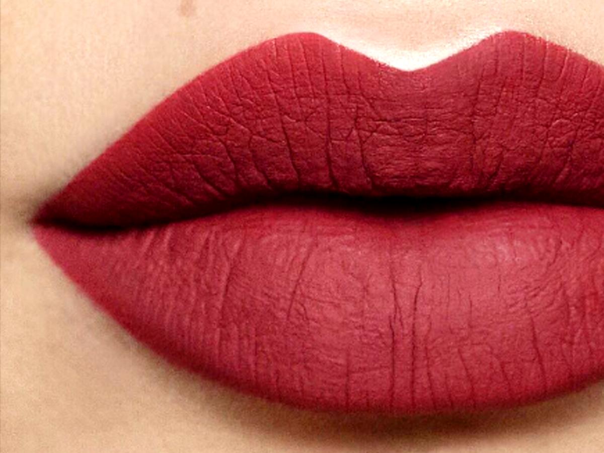 Czerwona matowa szminka
