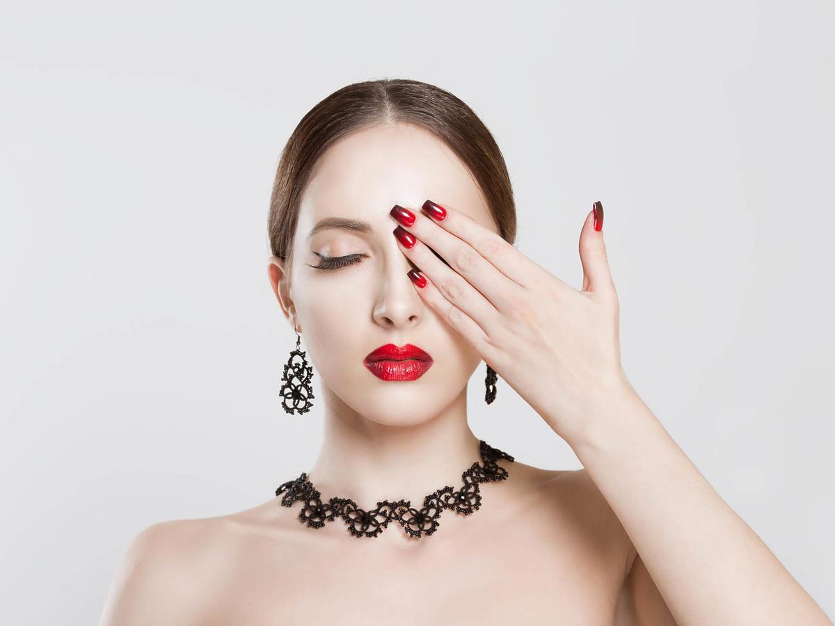 czerwono-czarne paznokcie