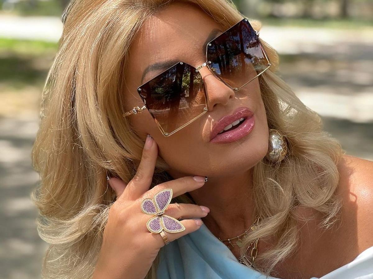 """Dagmara Kaźmierska z """"Królowych życia"""" w niebieskiej bluzce i okularach przeciwsłonecznych"""
