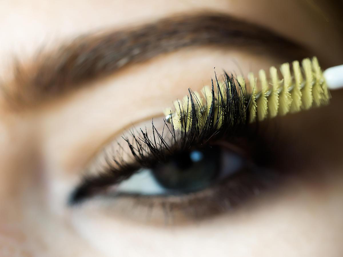 Dlaczego mascara tworzy grudki na rzęsach?