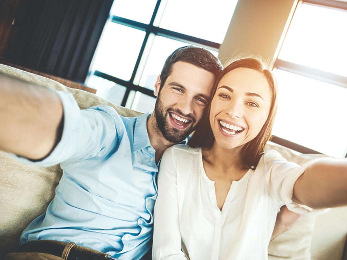 Dlaczego niektóre pary chętnie dzielą się wspólnymi zdjęciami?