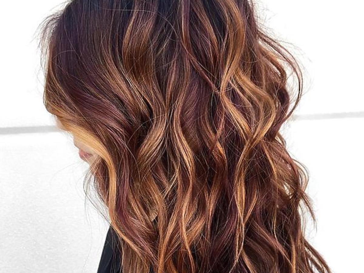 Długie brązowe włosy z jaśniejszymi pasemkami