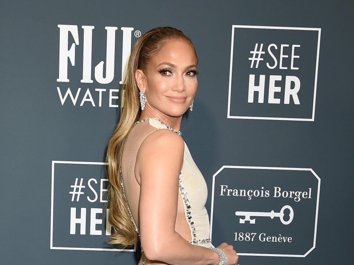 """Długie karmelowe włosy Jennifer Lopez to przeszłość! Piosenkarka ścięła je """"na chłopaka"""". Dobra zmiana?"""