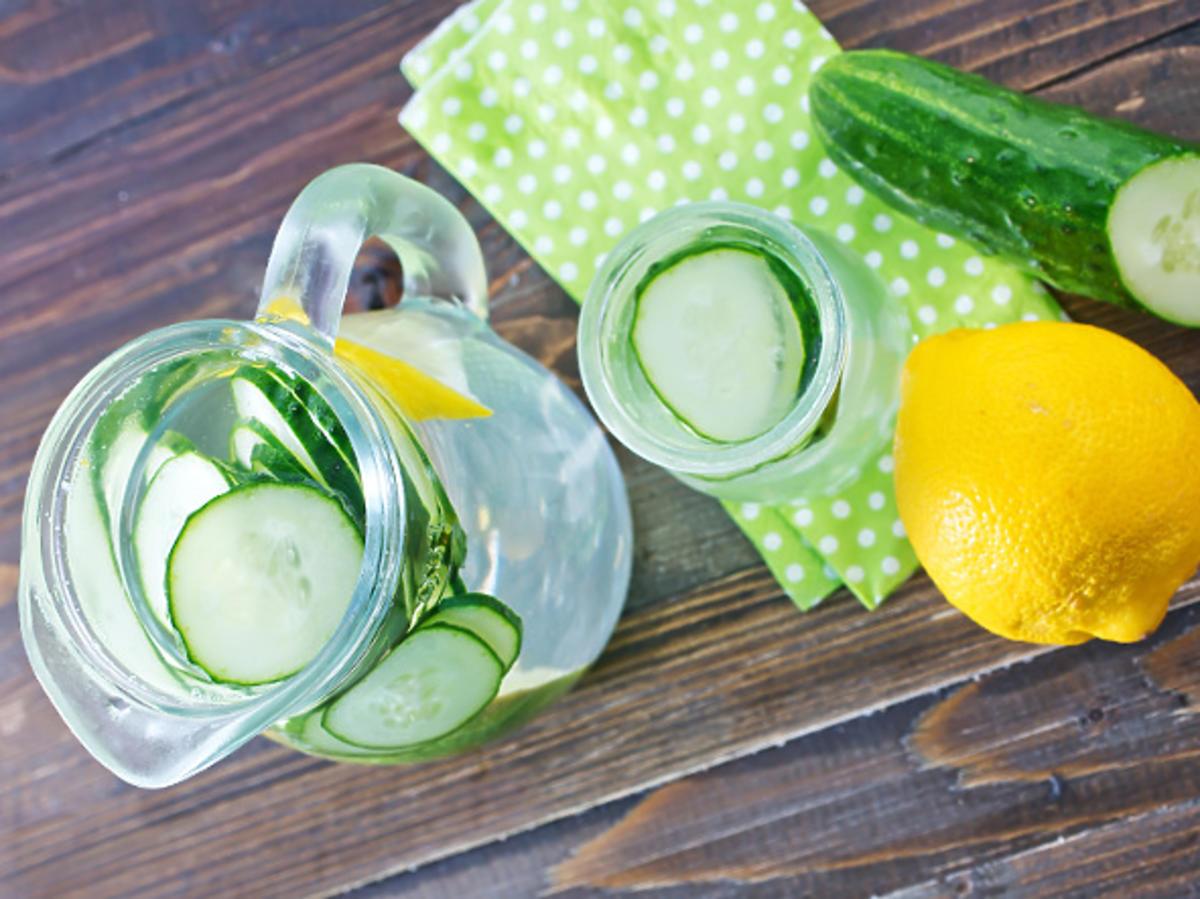 dzbanek z wodą i cytryną