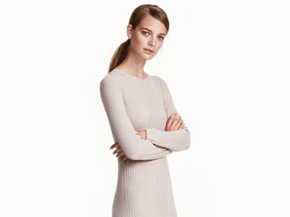 Dzianinowa sukienka z H&M/fot. mat. prasowe