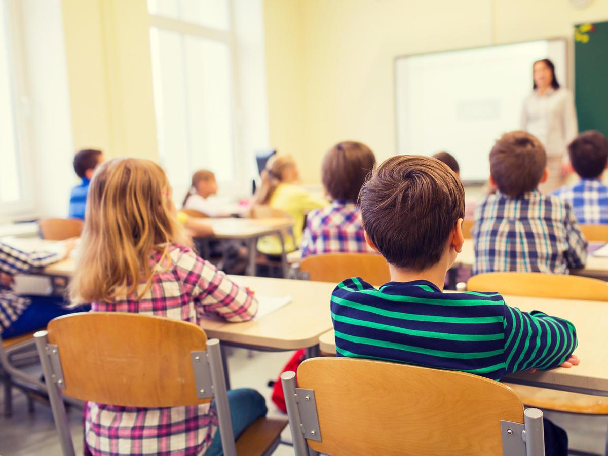 dzieci w przyłbicach w szkole
