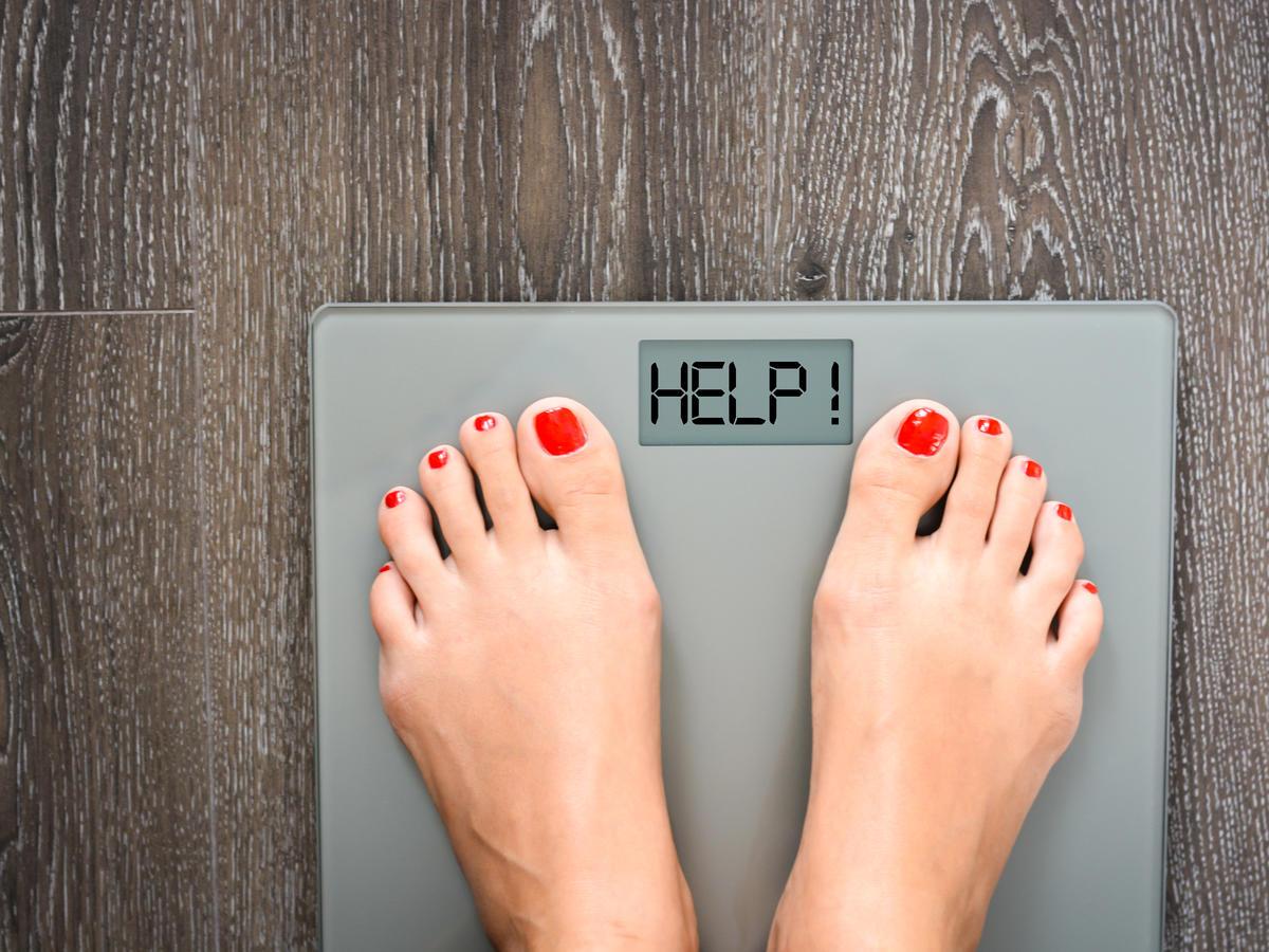dziewczyna stoi na wadze i się waży
