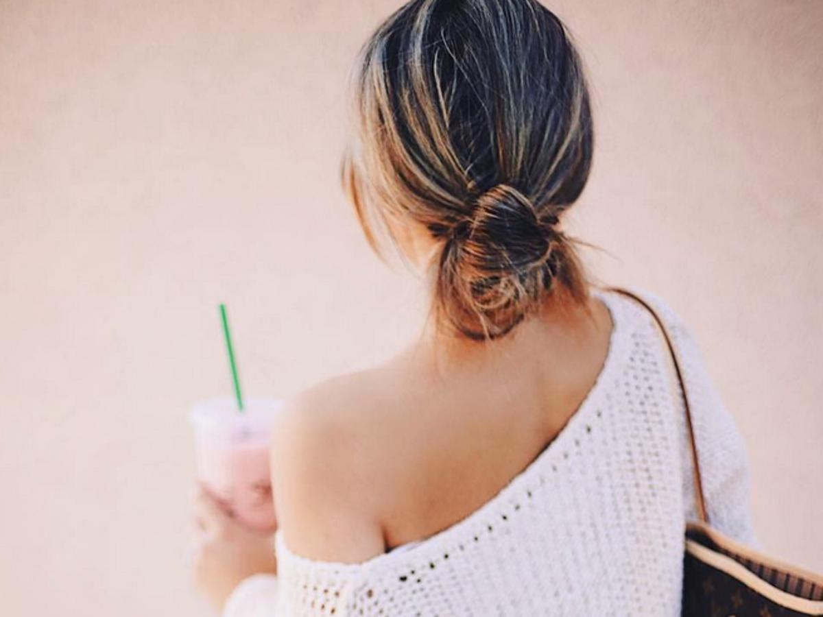 dziewczyna w bluzce z dekoltem na plecach