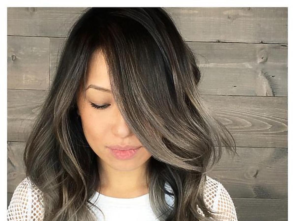 Dziewczyna w ciemno szarych włosach i białej koszulce