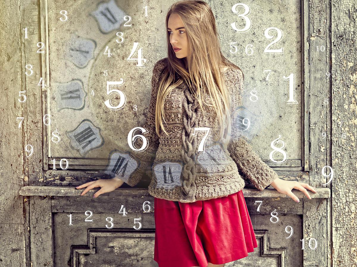 dziewczyna w czerwonej spódnicy i stwerze na tle muru i numerami