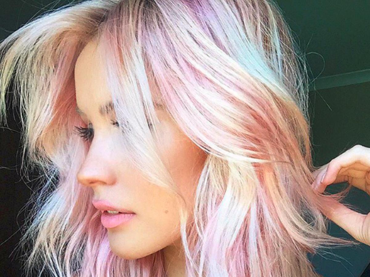 Dziewczyna w krótkich blond włosach z różowymi pasemkami