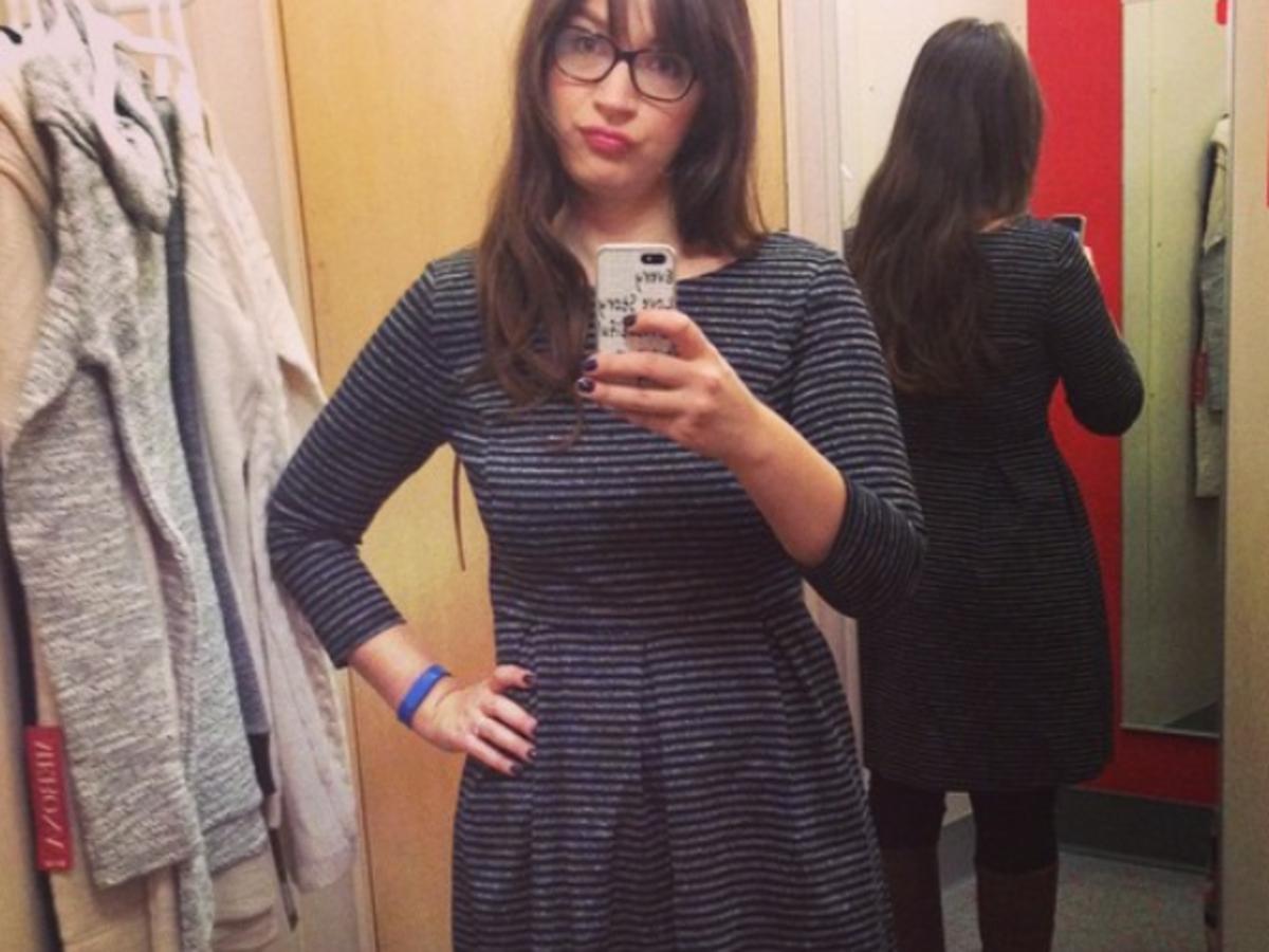 dziewczyna w przymierzalni z niezadowoloną miną selfie