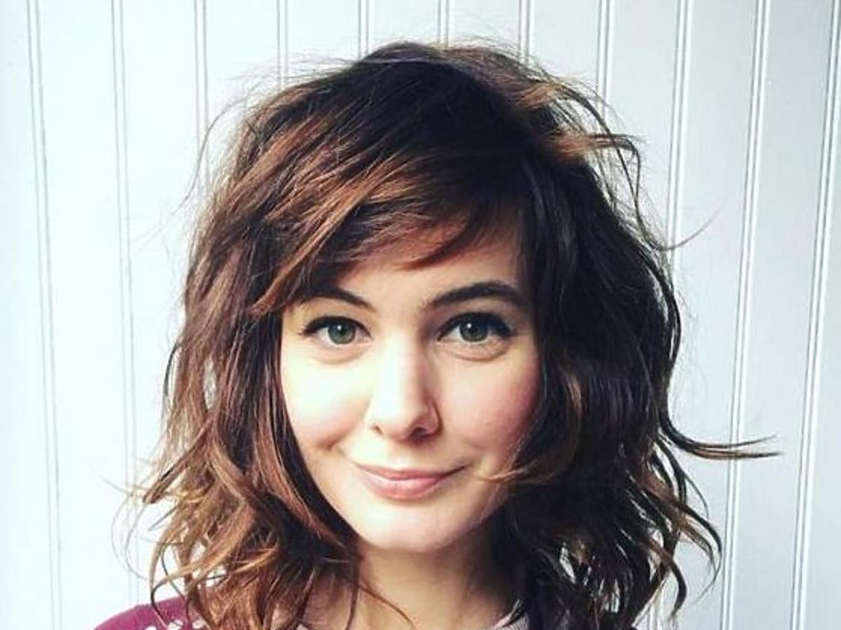 Dziewczyna we włosach do ramion, artystycznie zwichrzonych