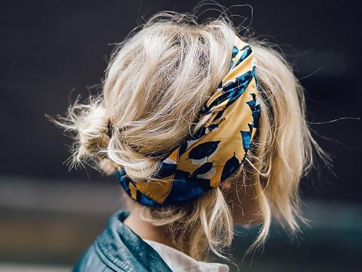 Dziewczyna z blond włosami z kolorową chustką