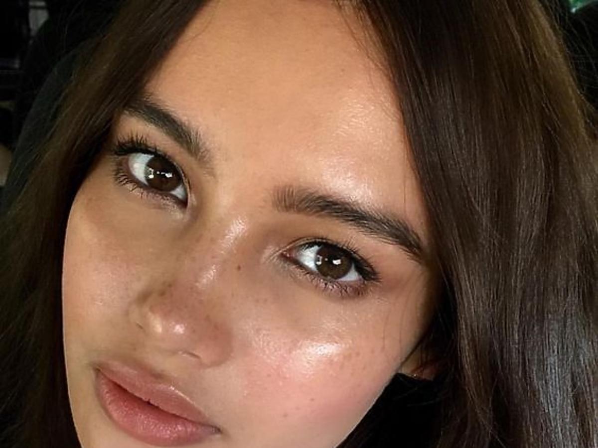 dziewczyna z błyszczącą skórą