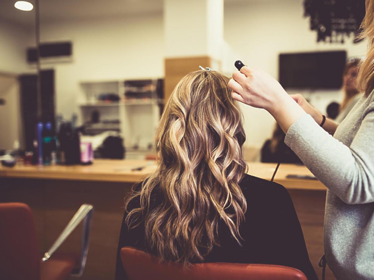 Dziewczyna z kręconymi włosami w kolorze blond