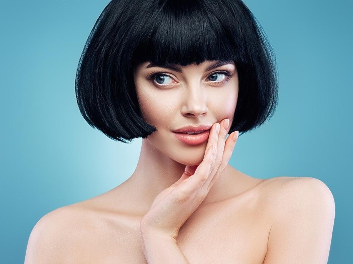 Dziewczyna z krótkimi czarnymi włosami