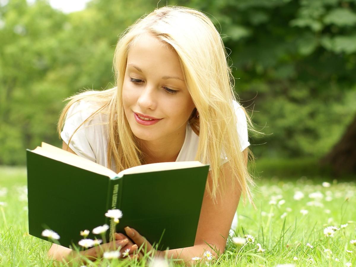 dziewczyna z książką na trawie