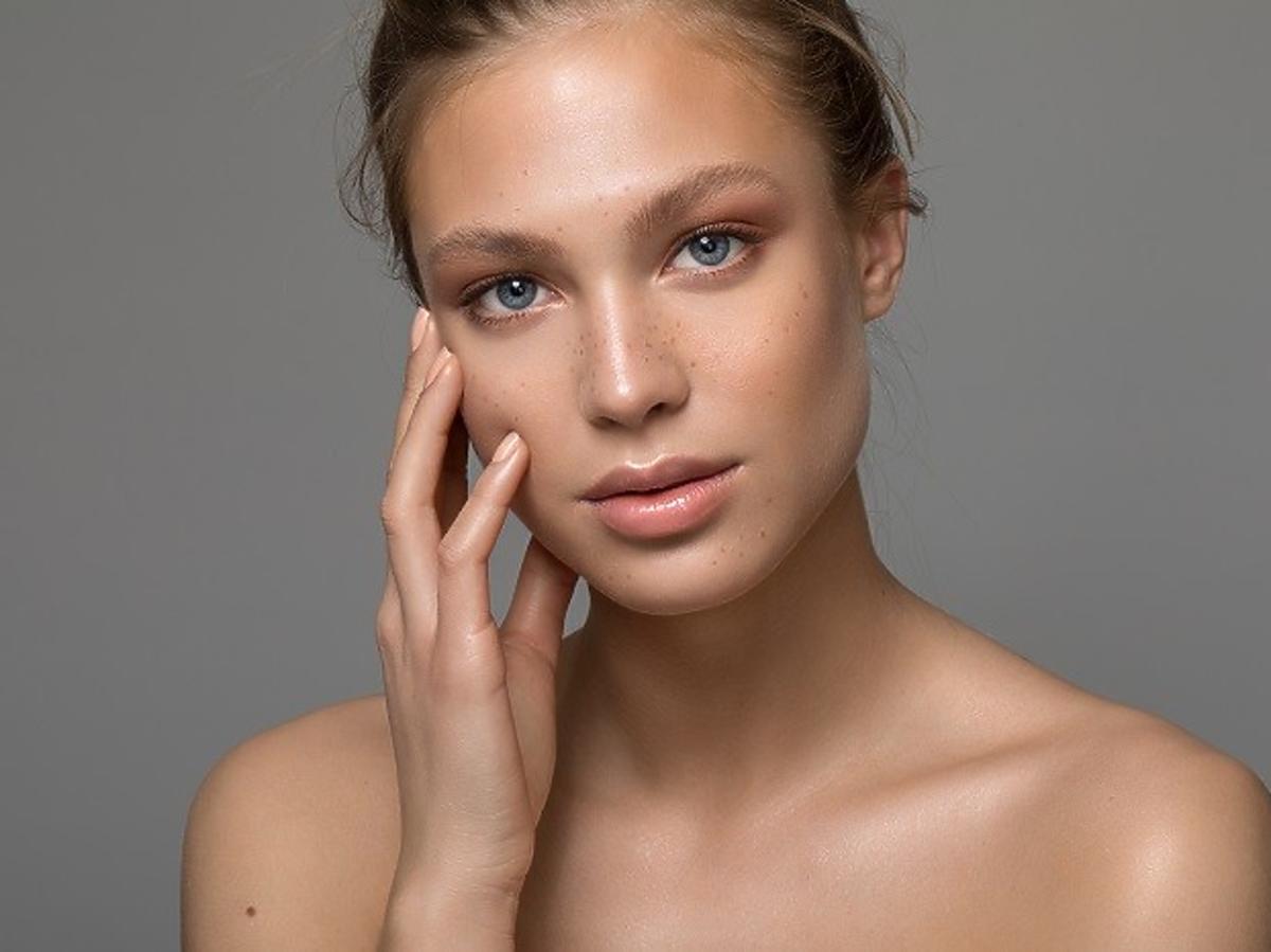 Dziewczyna z naturalnym makijażem