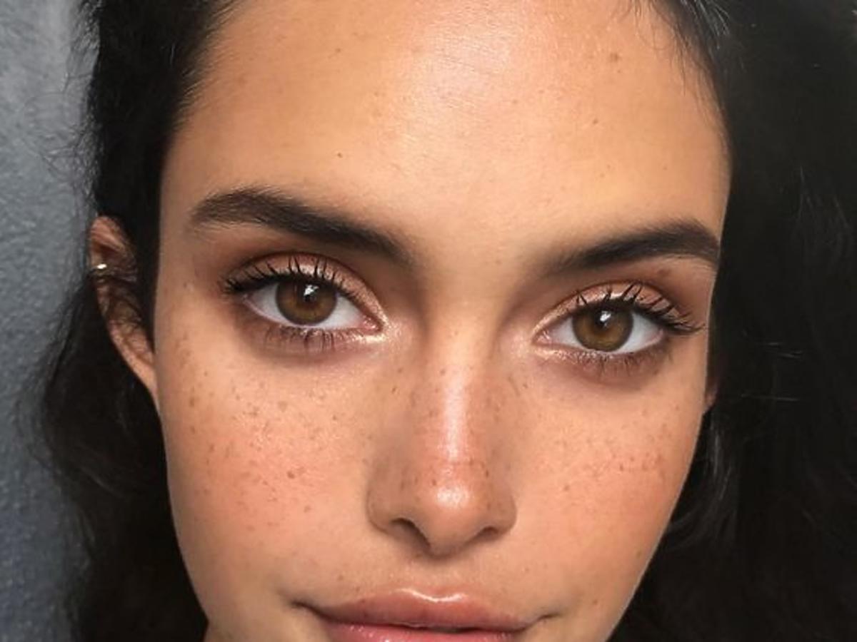 Dziewczyna z piegami na twarzy