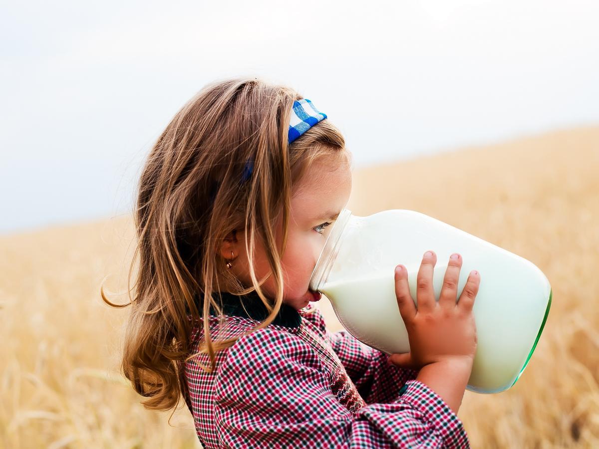Dziewczynka pijąca mleko