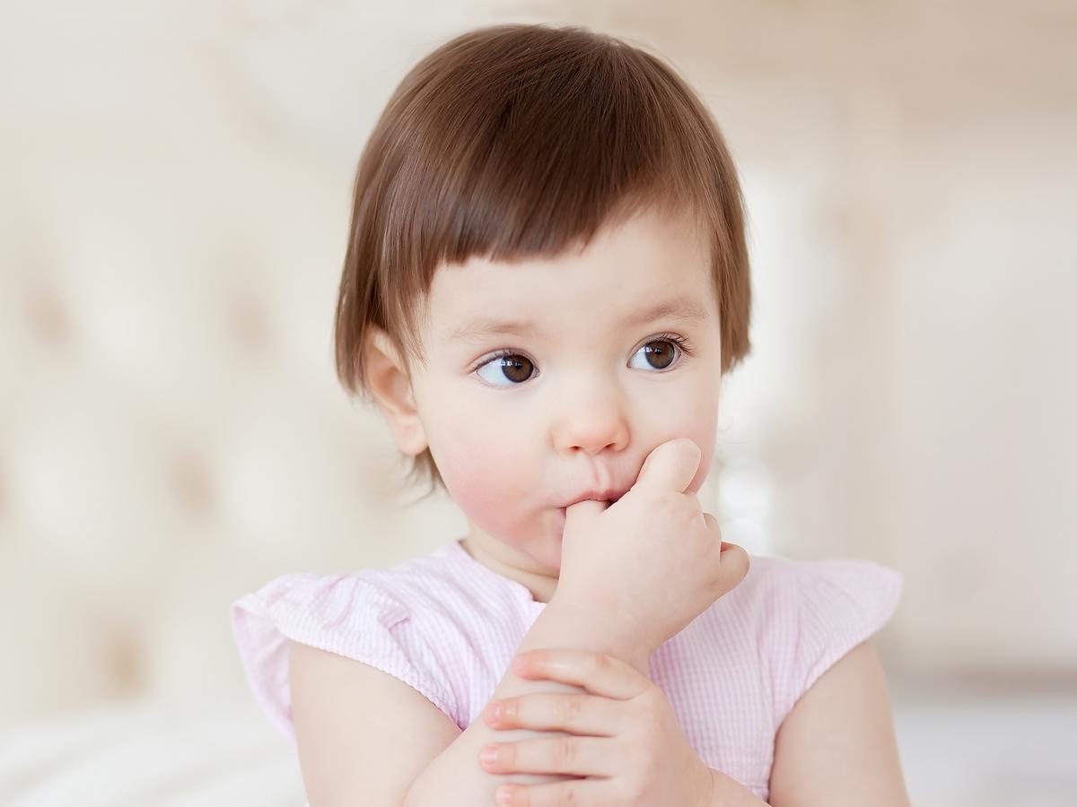 Dziewczynka z kciukiem w buzi