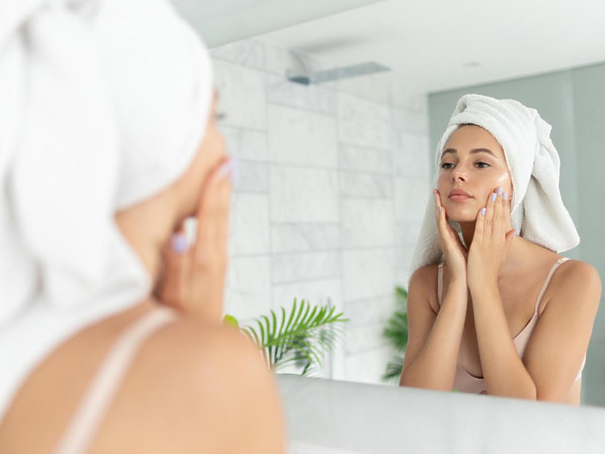 Efekt gładkiej skóry po zastosowaniu peelingu enzymatycznego