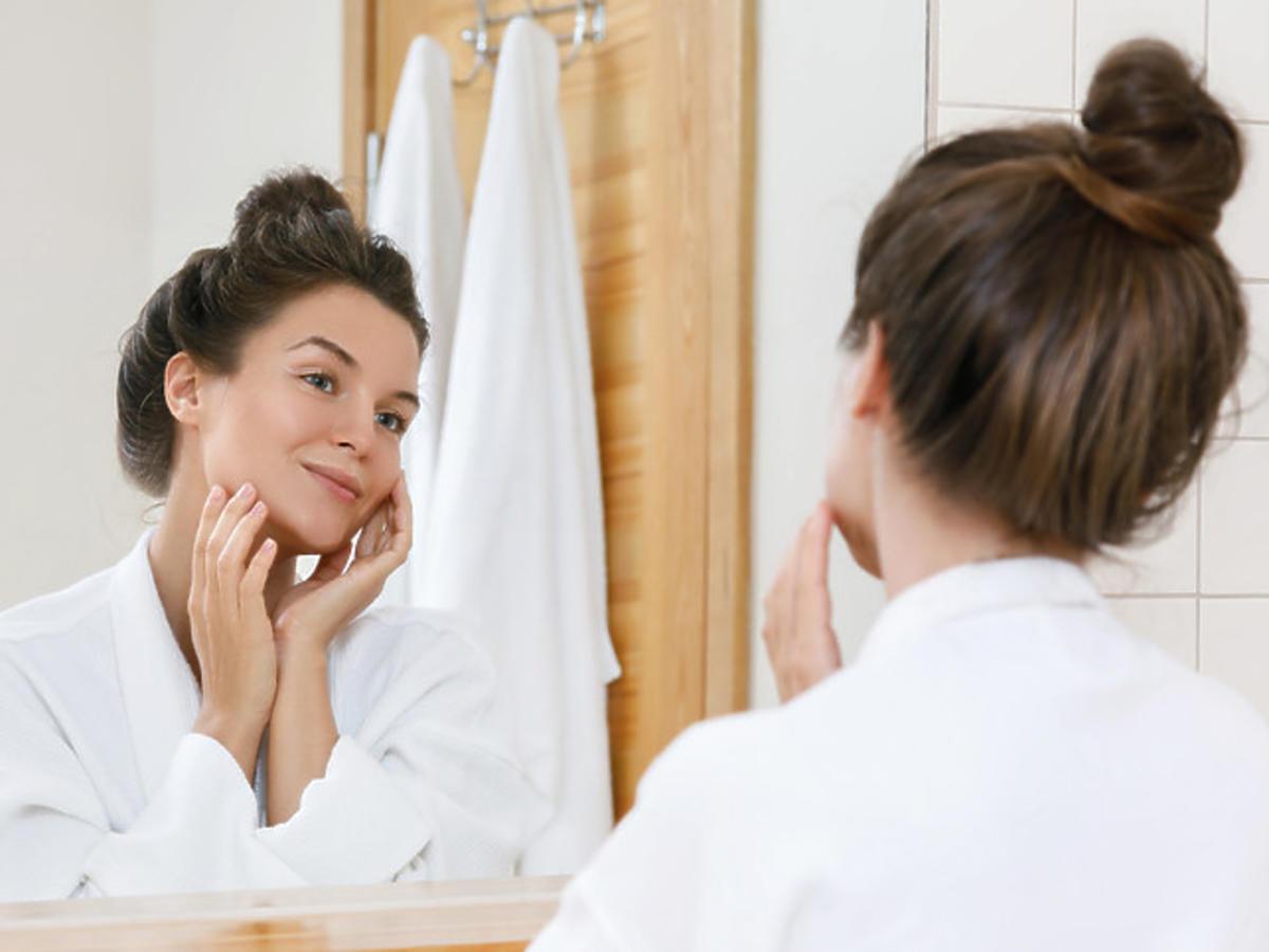 Efekt rozświetlonej skóry po zastosowaniu peelingu-maski z witaminą C