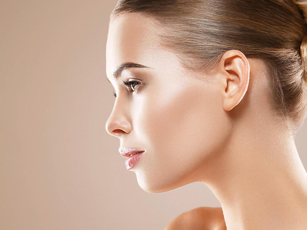 efekt rozświetlonej skóry po zastosowaniu podkładu z Rossmanna
