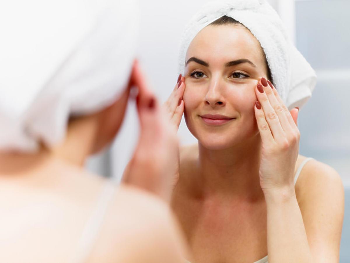 efekt rozświetlonej skóry po zastosowaniu serum z witaminą C