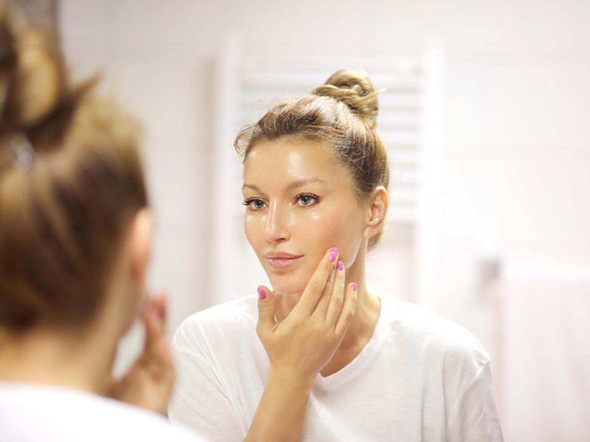 Efekt wygładzonej skóry po nałożeniu boostera z kwasem hialuronowym