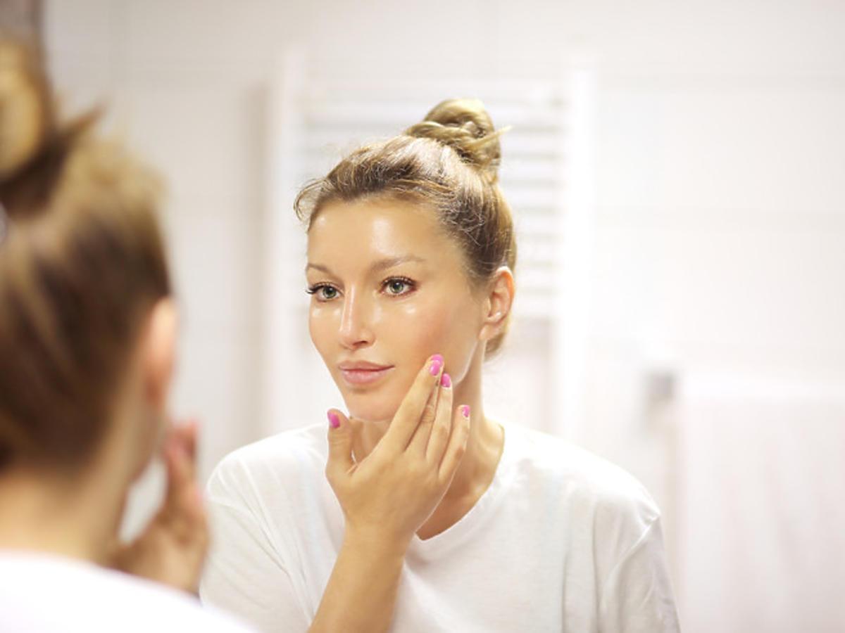 efekt wygładzonej skóry po zastosowaniu serum z kwasem hialuronowym
