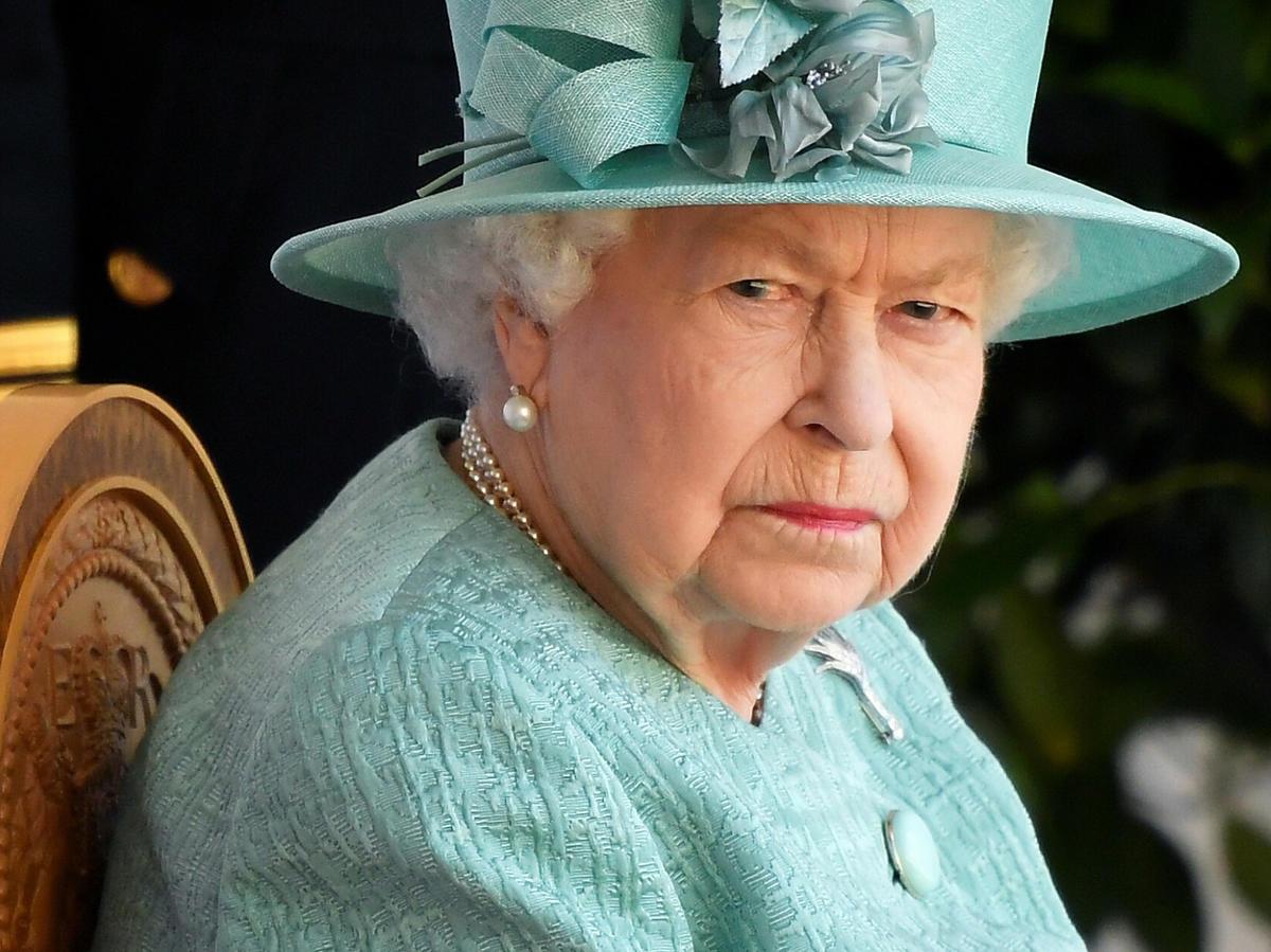 Elżbieta II jest nieprzejednana! Pozbawiła swojego prawnuczka tytułów. To zemsta, a może miała ważne powody?