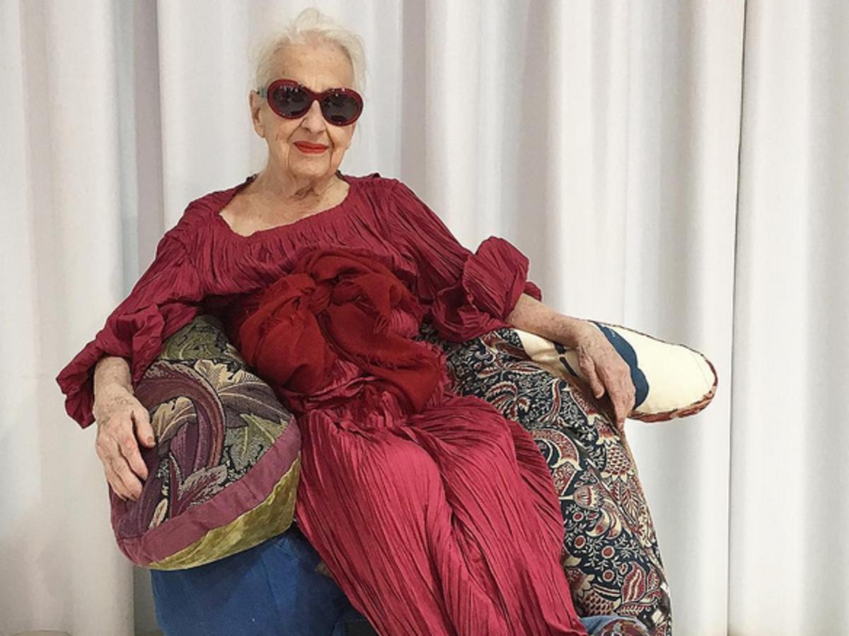 Ernestine Stollberg starsza pani modelka w czerwonej sukni sesja zdjęciowa