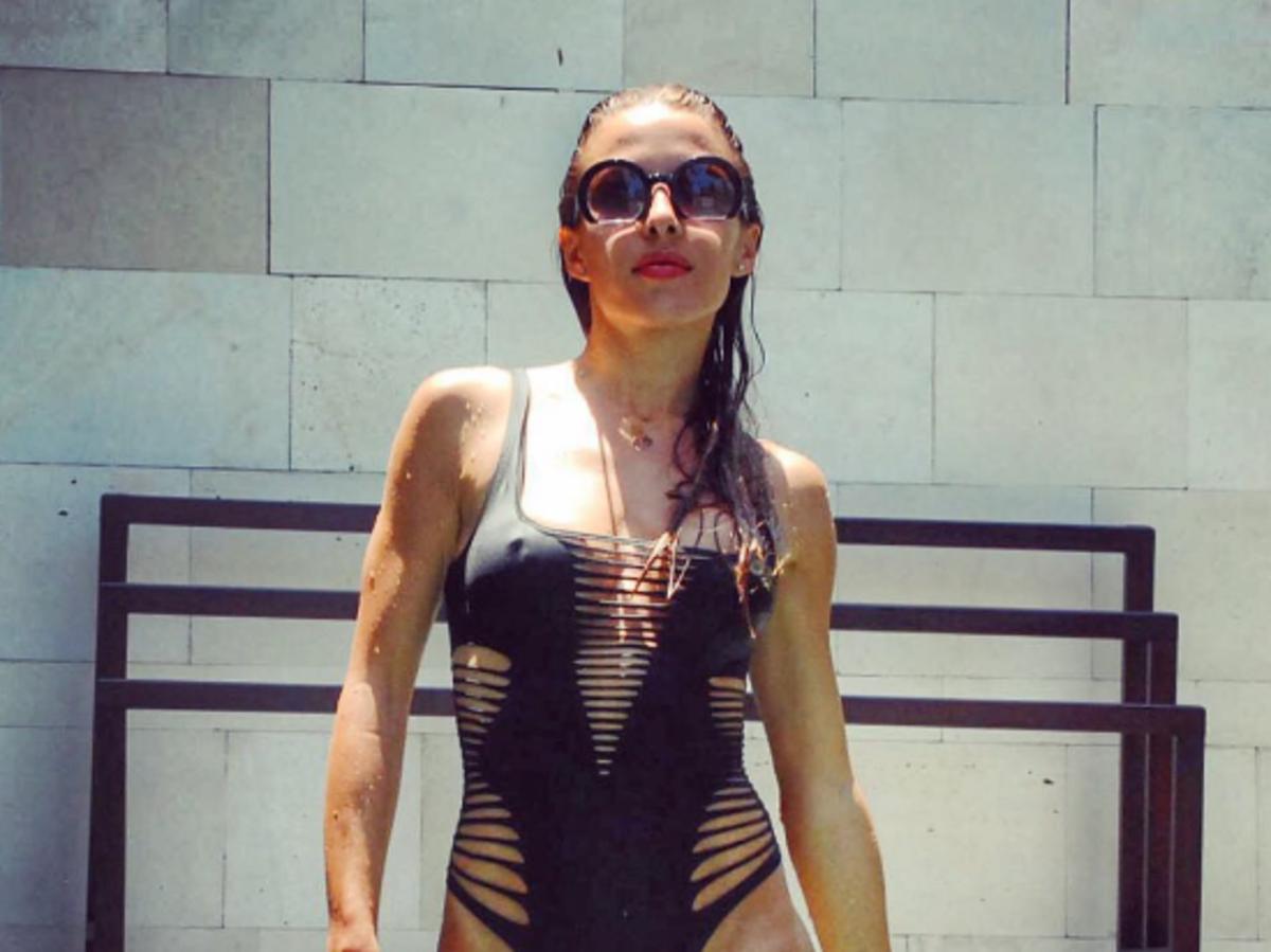 ewa chodakowska w czarnym kostiumie kąpielowym