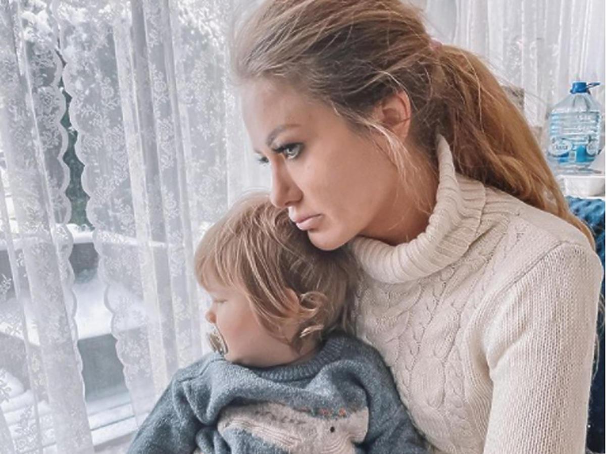 Ewa Mrozowska smutna z synkiem na kolanach