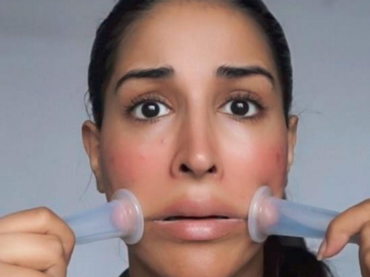 Farah Dhukai selfie dziewczyna masuje twarz masażerami próżniowymi