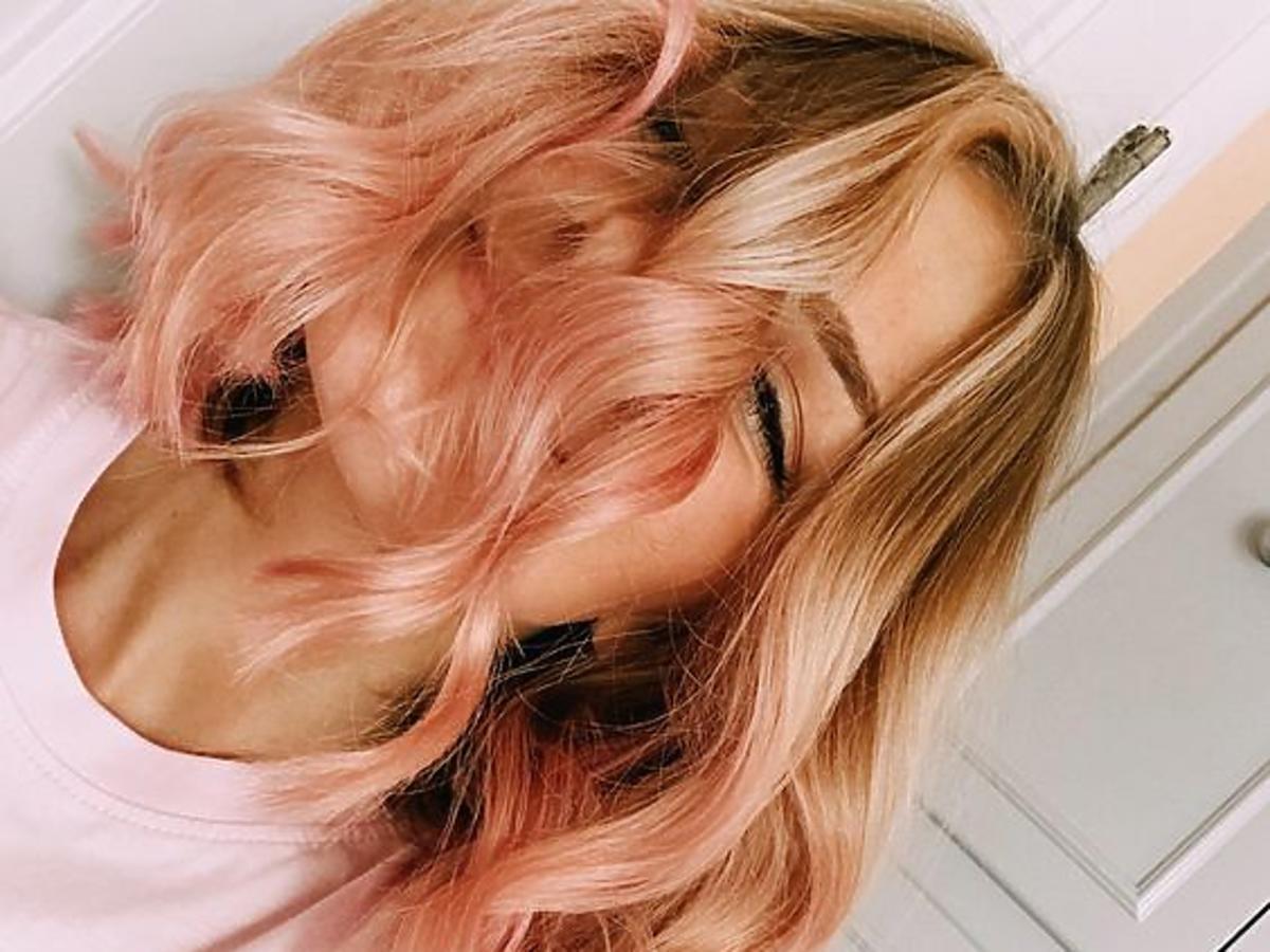 Fryzura na wakacje 2019 to modny brzoskwiniowy blond