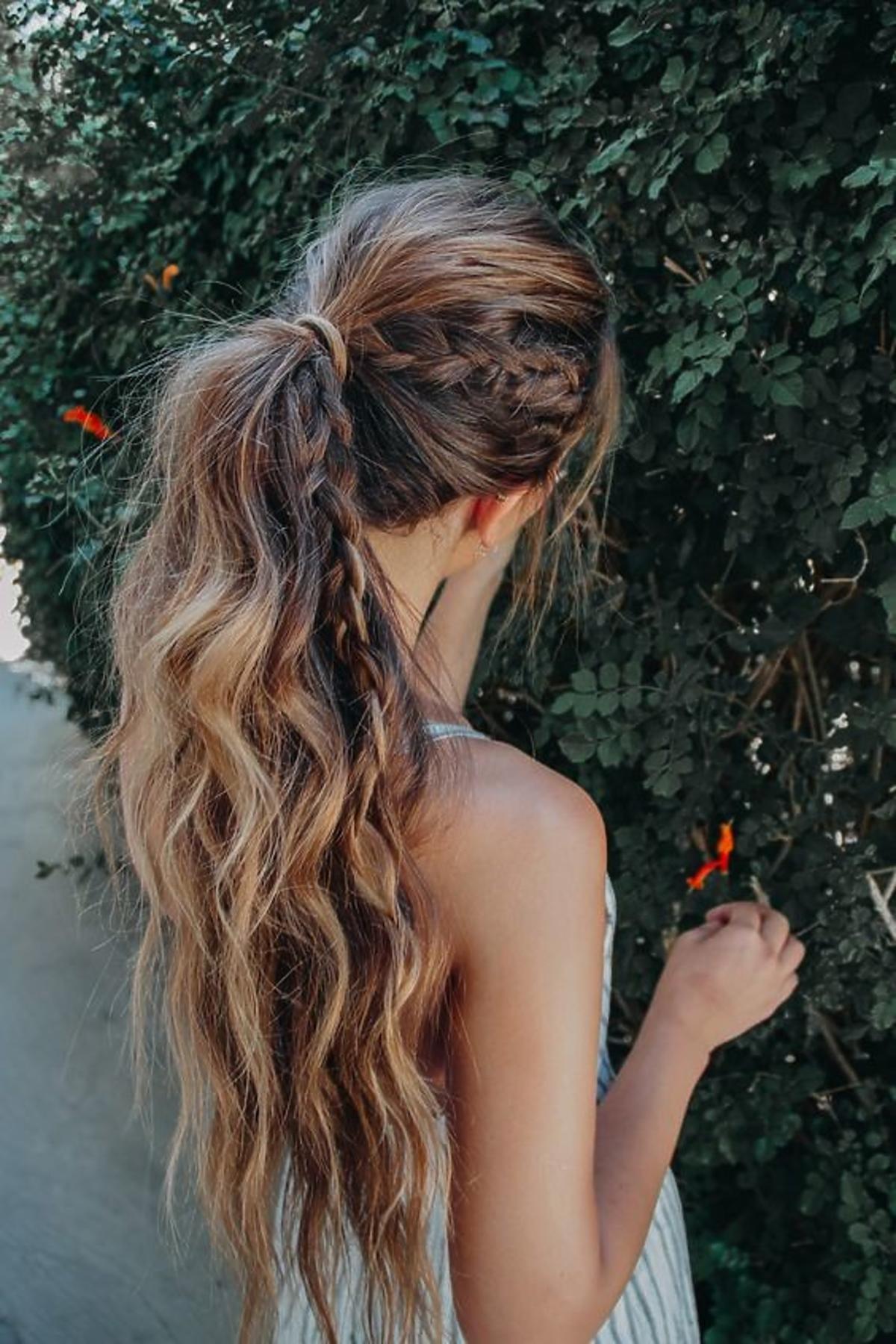 fryzury boho - kucyk z warkoczem