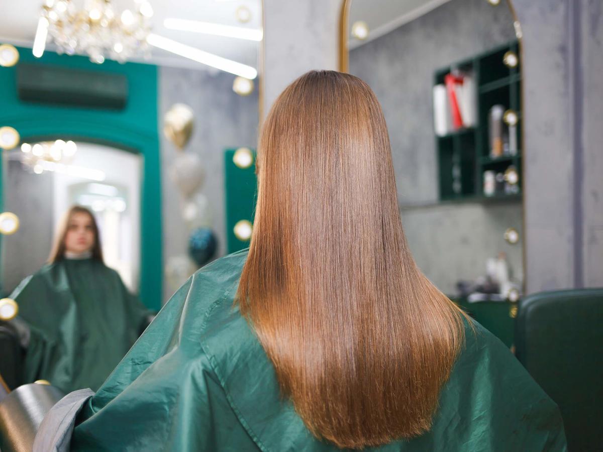 gładkie włosy po zastosowaniu keratyny do włosów