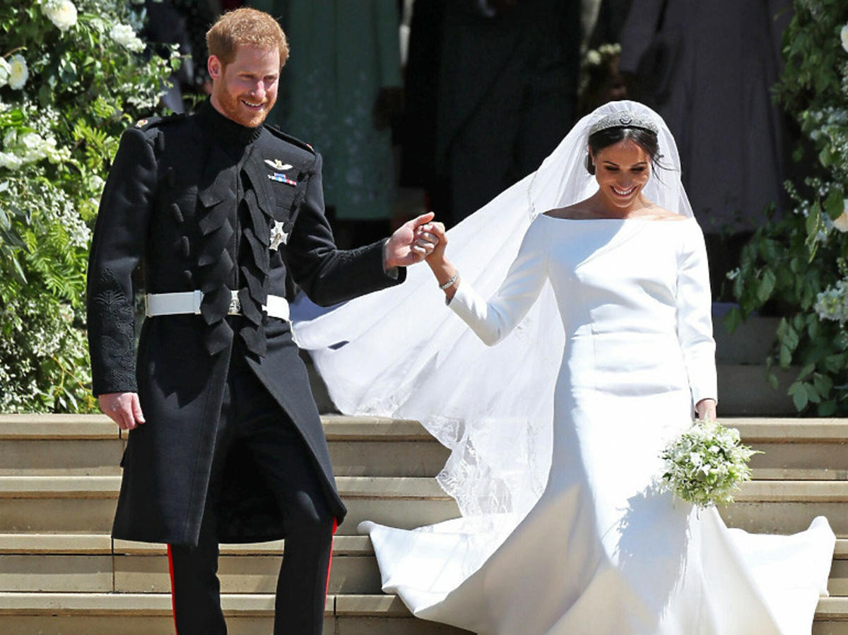 Harry i Meghan schodzą ze schodów katedry tuż po ślubie